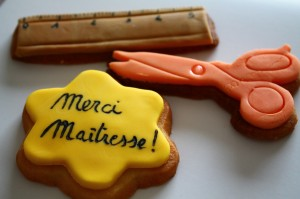 Ma contribution pour les cadeaux aux maîtresses et ATSEM.....et maîtres..... dans la pâte à sucre img_4362-300x199